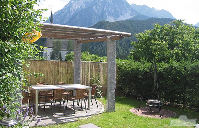 Garten und Grillstelle, Ferienhaus Chasa Minar, Scuol